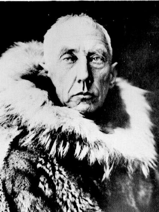 """Roald Amundsen (1872-1928) Norsk Polarforsker med mange store bragder bak seg. Bl.a. med """"FRAM"""" gjennom Nordvestpassasjen 1903-1906. Til Antarktis 1910-1912 der han nådde Sydpolen 14.Desember 1912 - foran nesen på den engelske kapt. R.F.Scott. I 1926 med Luftskipet """"NORGE"""" over Nordpolen til Alaska.  Dette bildet er fra        dokumentarfilmen om Roald Amundsen med tittelen """"Frosset hjerte"""". SCANPIX/ARKIV."""