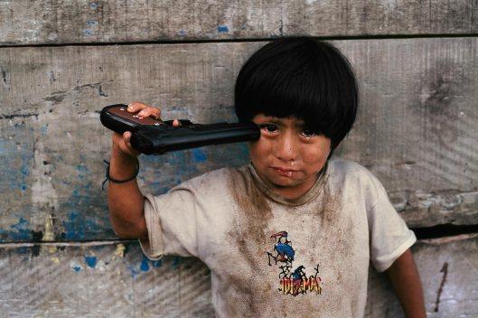 bambino-con-la-pistola-giocattolo_steve-mccurry